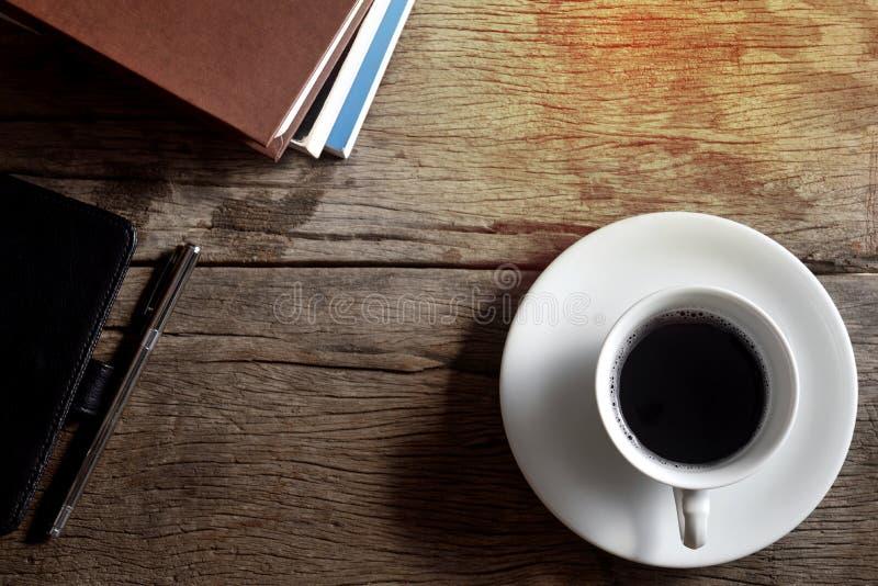 Livro, pena, saco de couro e copo de café fotos de stock