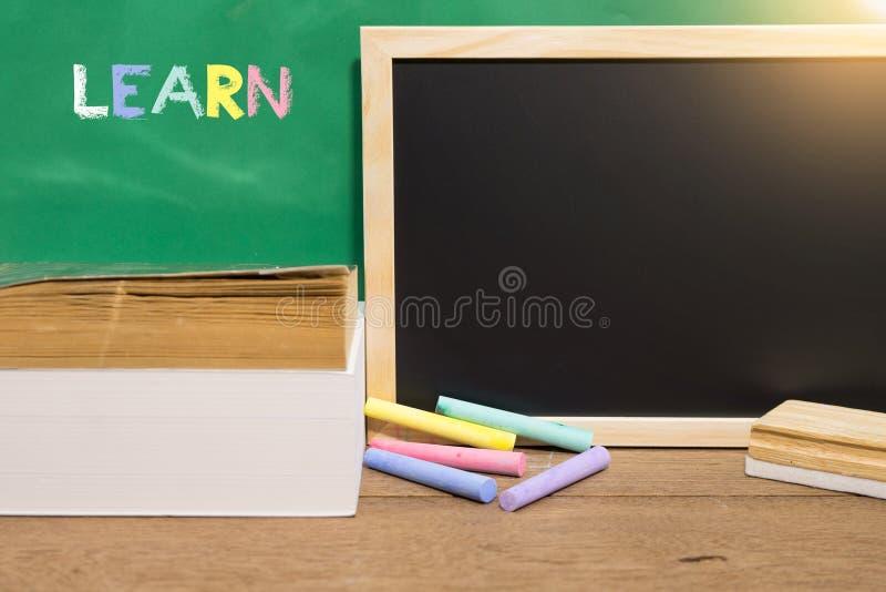 Livro preto da placa e de texto com fontes de escola Aprendendo o conceito foto de stock royalty free