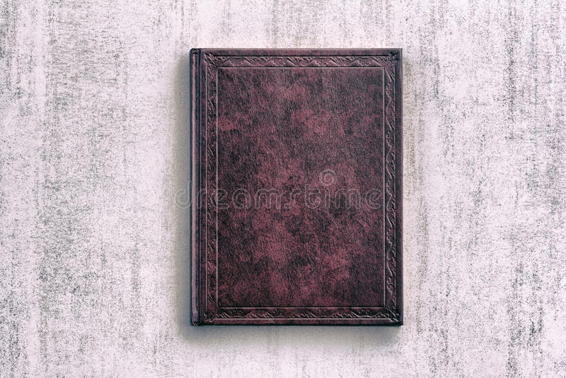 Livro roxo em um fundo cinzento do grunge imagens de stock