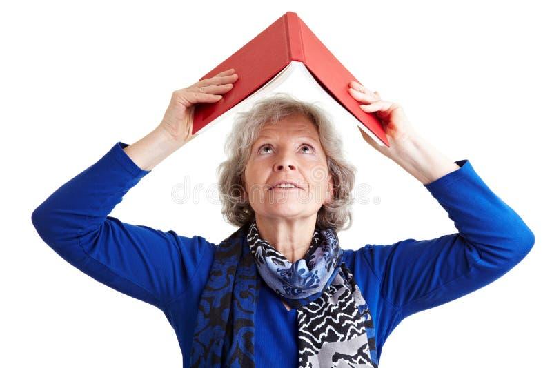 Livro sênior da terra arrendada da mulher aéreo foto de stock