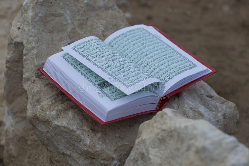 Livro santamente islâmico árabe do koran imagens de stock royalty free