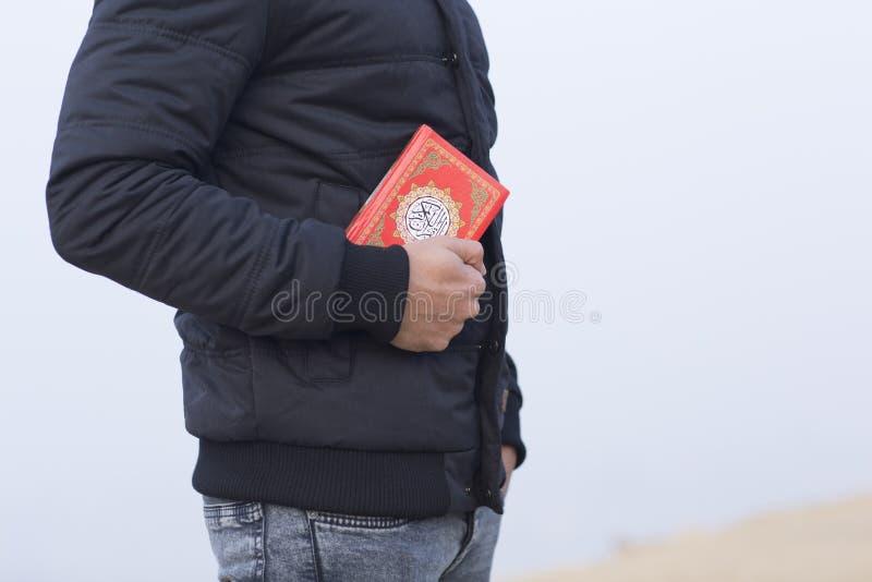 Livro santamente islâmico árabe do koran imagens de stock