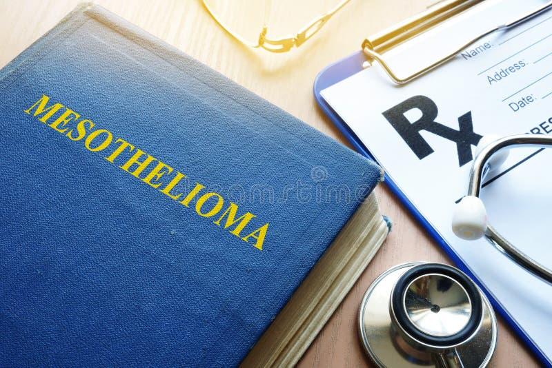 Livro sobre o mesotelioma e o estetoscópio foto de stock royalty free