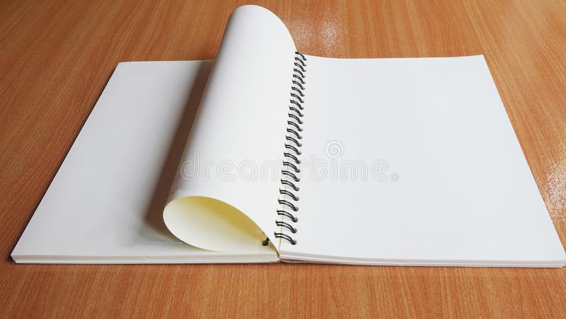 Livro vazio na tabela de madeira fotos de stock