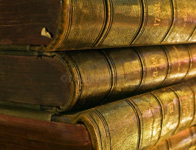 Livro velho à vista das velas fotografia de stock