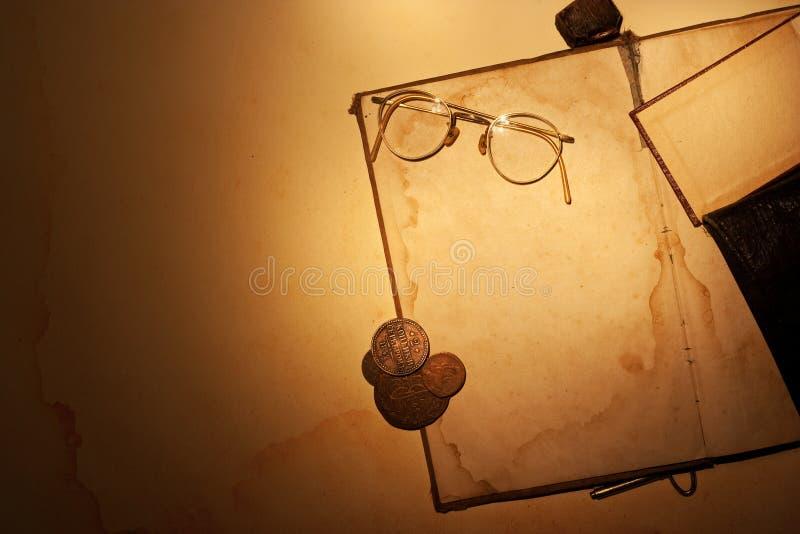 Livro velho com vidros imagem de stock