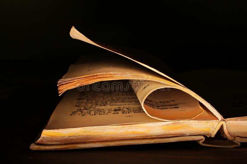 Livro velho na obscuridade imagens de stock royalty free
