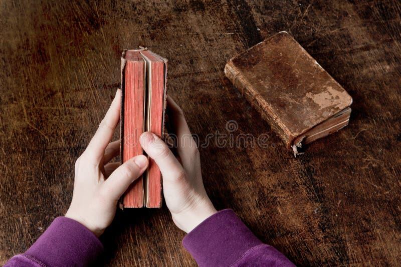 Livro velho nas mãos foto de stock