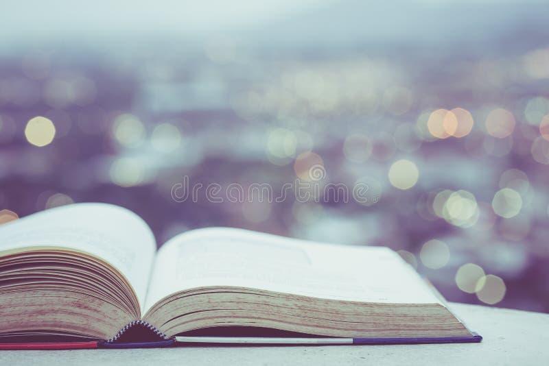 Livro velho no bokeh contrário e colorido da luz do borrão do backgr da cidade imagens de stock royalty free