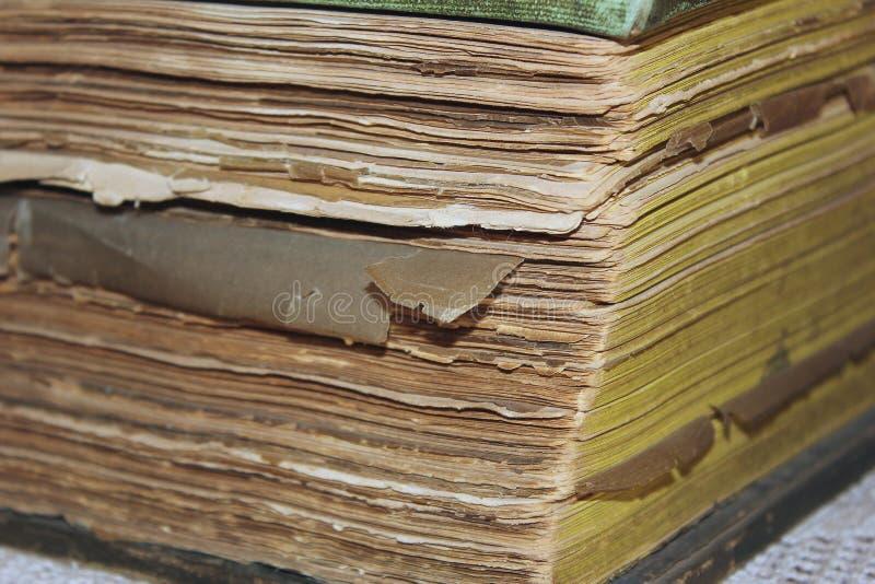 Livro velho resistido que encontra-se em seu lado fotos de stock royalty free