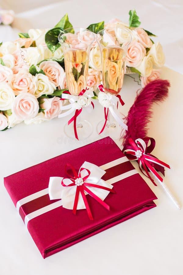 Livro vermelho do desejo do casamento fotos de stock