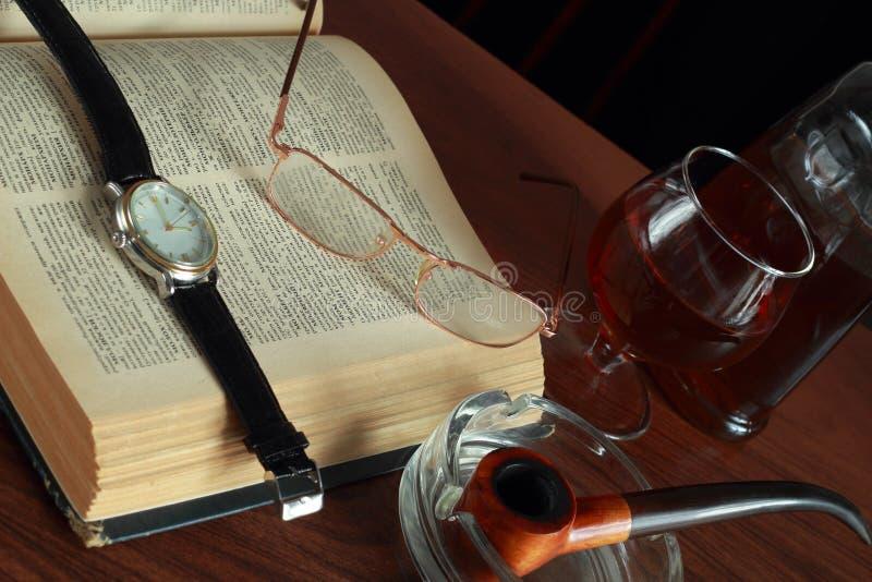 Livro, vidros e conhaque imagens de stock royalty free