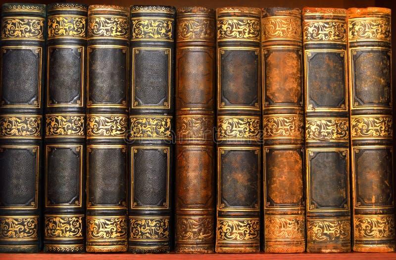Livros antigos na biblioteca velha imagem de stock