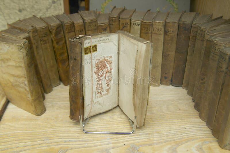 Livros antigos na janela da loja, Paris, França imagens de stock royalty free