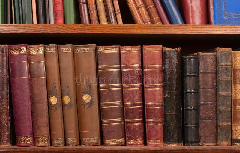Livros antigos na prateleira imagens de stock
