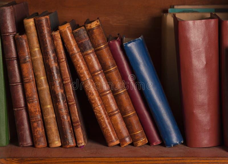Livros antigos na prateleira fotos de stock
