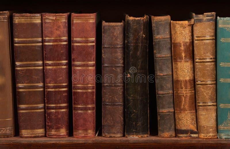 Livros antigos na prateleira foto de stock