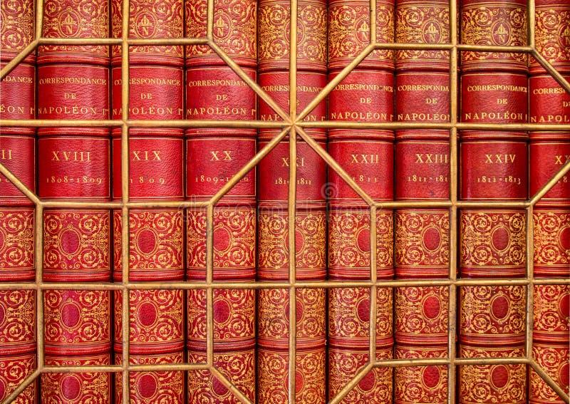 Livros antigos velhos atrás da raspagem fotografia de stock royalty free