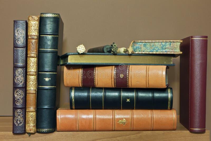 Livros antigos velhos limitados tradicional imagem de stock