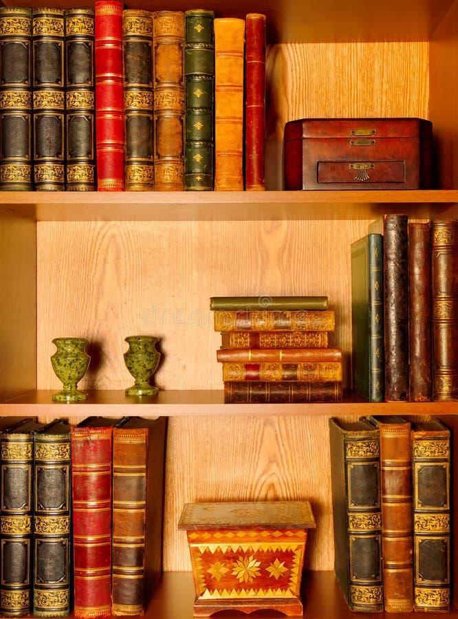 Livros, caixas e castiçal antigos fotos de stock