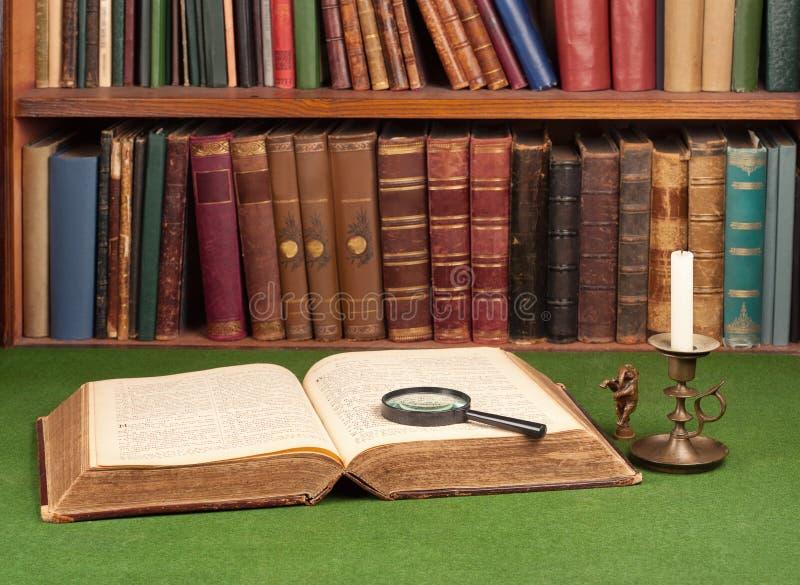 Livros, castiçal da lata e ampliação de couro antigos imagens de stock royalty free