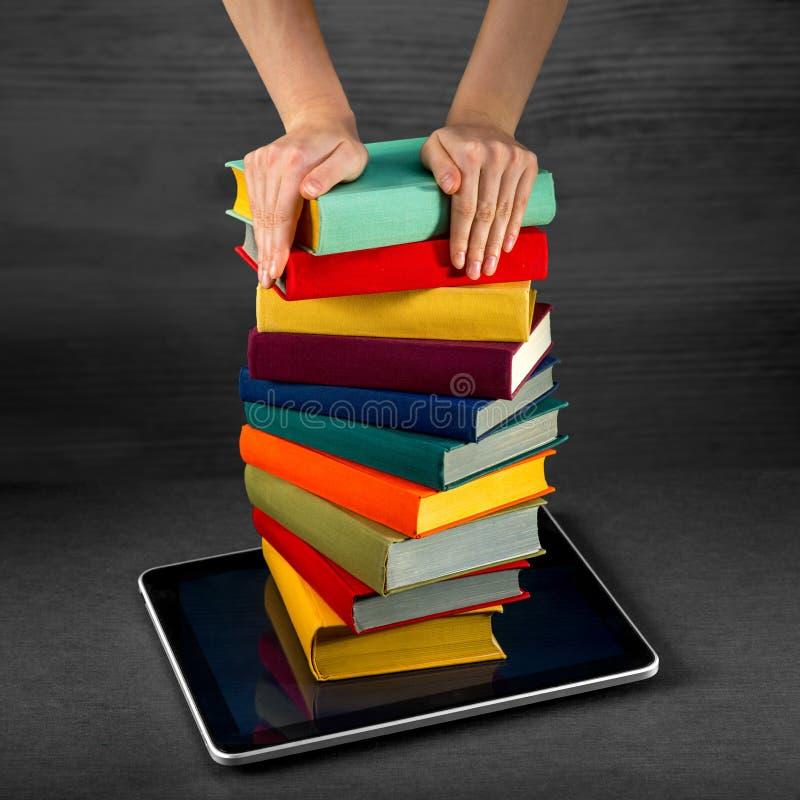 Livros coloridos da colocação ou da transferência ao telefone esperto com lugar foto de stock