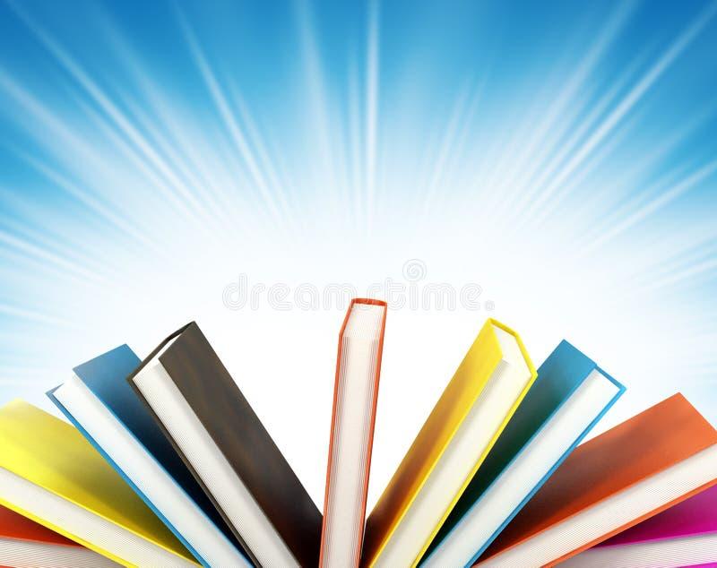 Livros coloridos no fundo imagens de stock royalty free