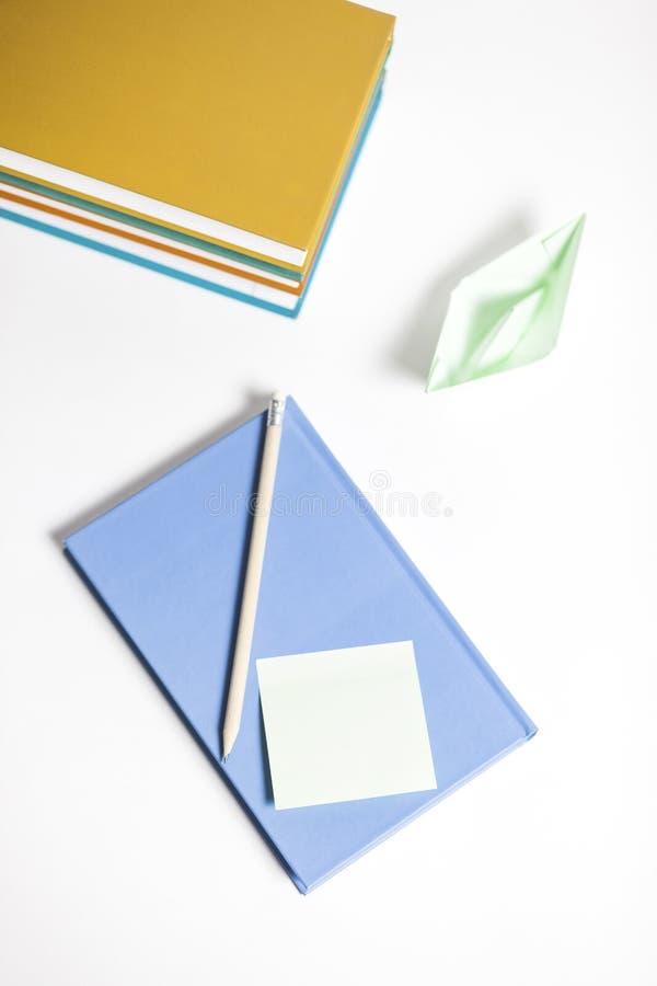 Livros com barco, nota de post-it e o lápis de papel fotografia de stock royalty free