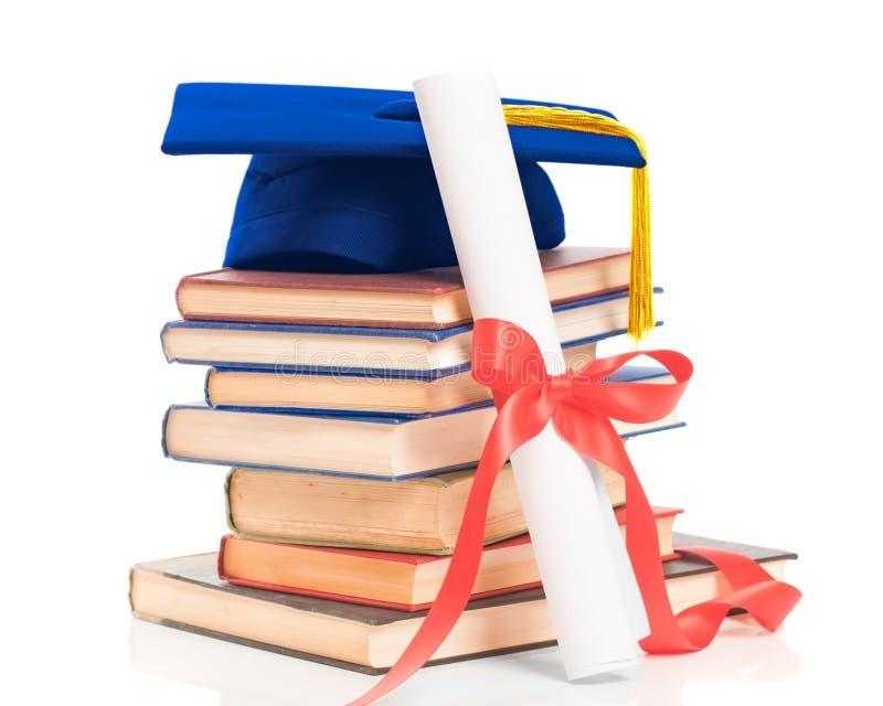 Livros com tampão & diploma da graduação fotografia de stock royalty free