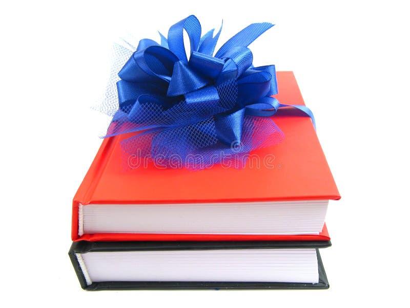 Livros como um presente (vista dianteira) fotos de stock royalty free