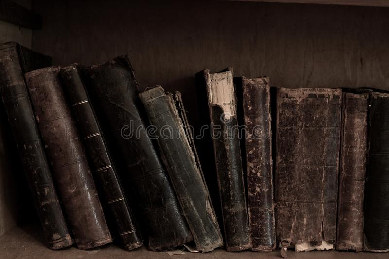 Livros da antiguidade na biblioteca Livros encadernados do vintage do couro velho fotografia de stock