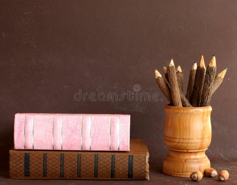 Livros da velha escola e lápis de madeira fotografia de stock royalty free