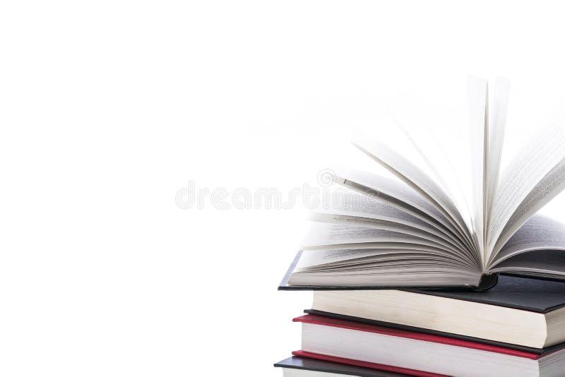 Livros de capa dura no fundo branco, fim acima imagens de stock