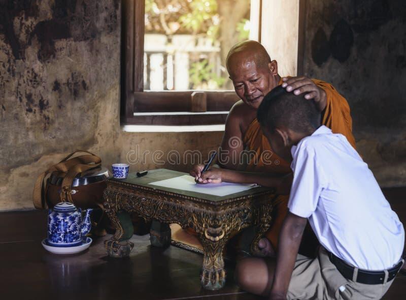 Livros de crianças de ensino da monge em templos rurais fotos de stock