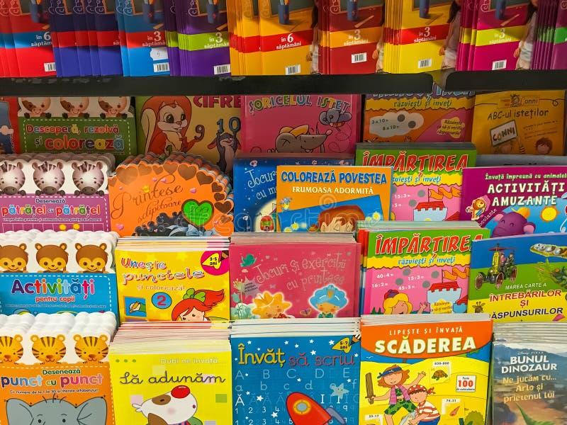 Livros de crianças para a venda na prateleira da biblioteca imagem de stock