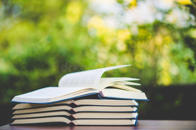 Livros de estudo e materiais de aprendizagem fotos de stock