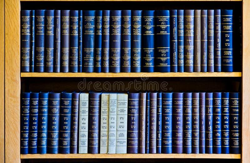 Livros de lei azul na estante foto de stock royalty free