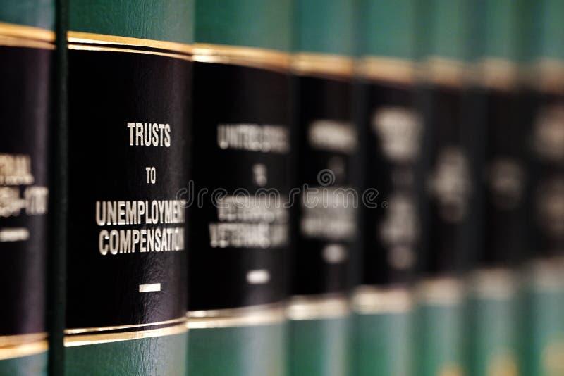 Livros de lei na prateleira com etiquetas para a aprendizagem legal fotografia de stock
