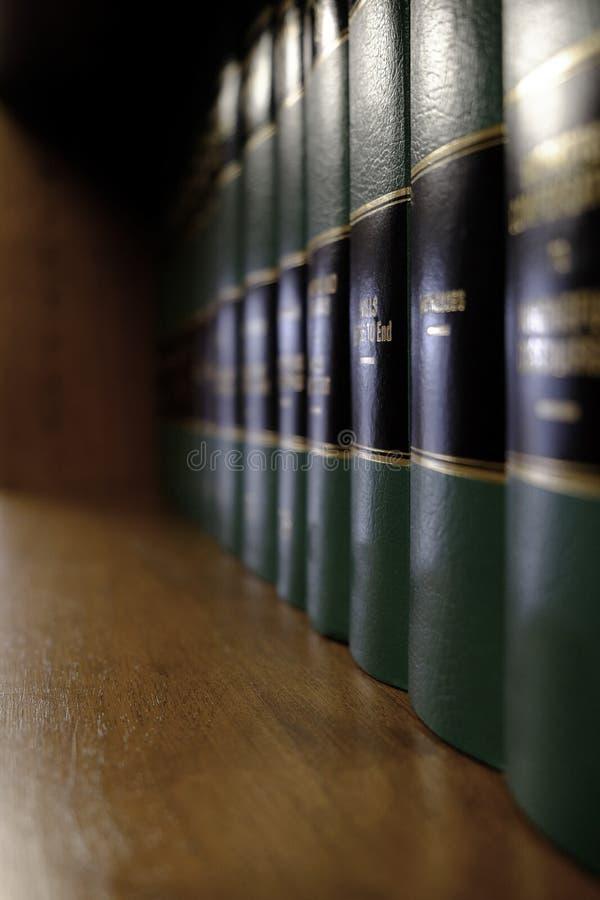 Livros de lei na prateleira com etiquetas para a aprendizagem legal imagens de stock royalty free