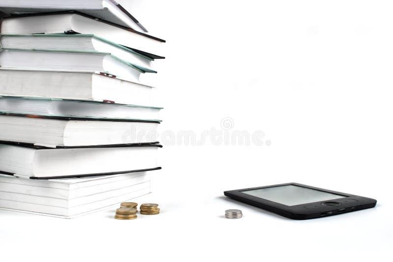 Livros de leitura com EBook Conceito da educação barata Pilha de livros e de moedas no fundo branco fotos de stock royalty free
