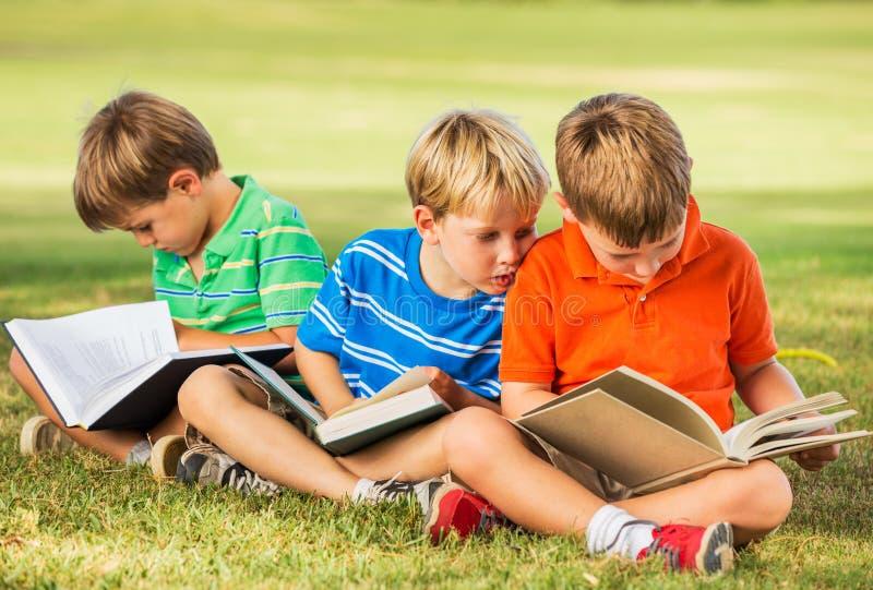 Livros de leitura das crianças fotografia de stock royalty free