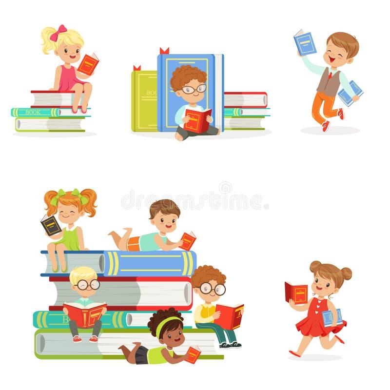 Livros de leitura das crianças e apreciação do grupo da literatura de meninos bonitos e de meninas que amam ler o assento e a col ilustração do vetor