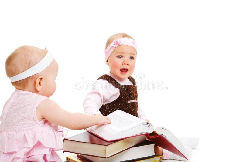 Livros de leitura das meninas foto de stock royalty free