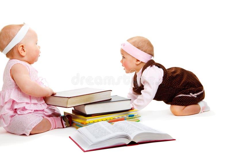 Livros de leitura das meninas imagem de stock royalty free