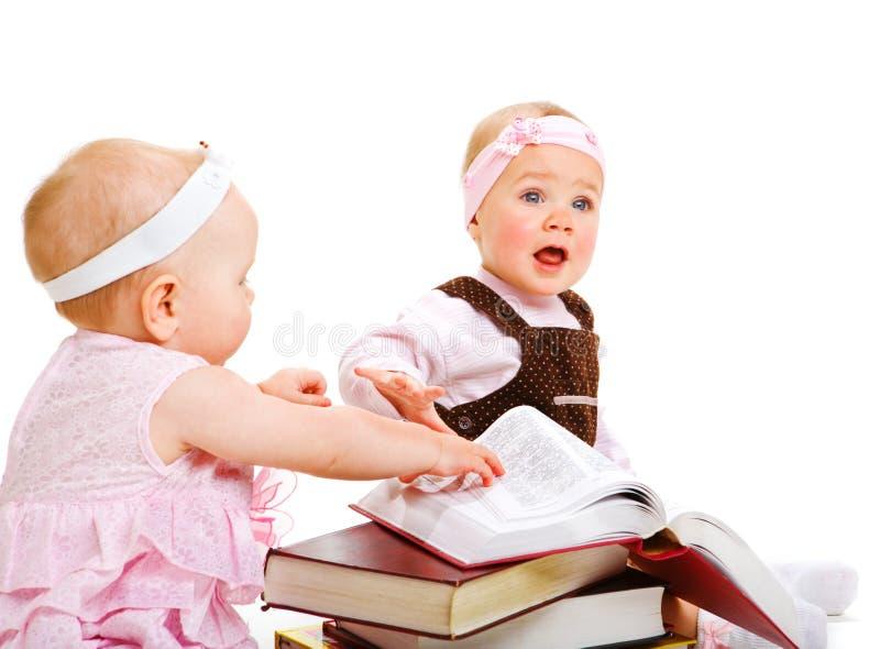 Livros de leitura das meninas fotografia de stock royalty free