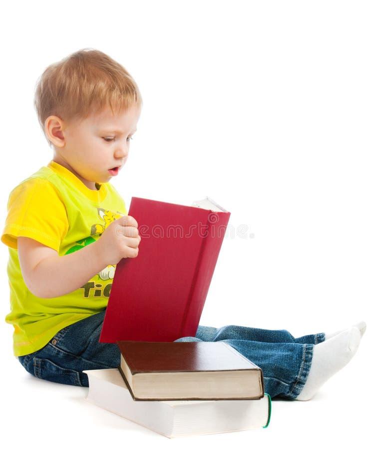 Livros de leitura do menino fotos de stock