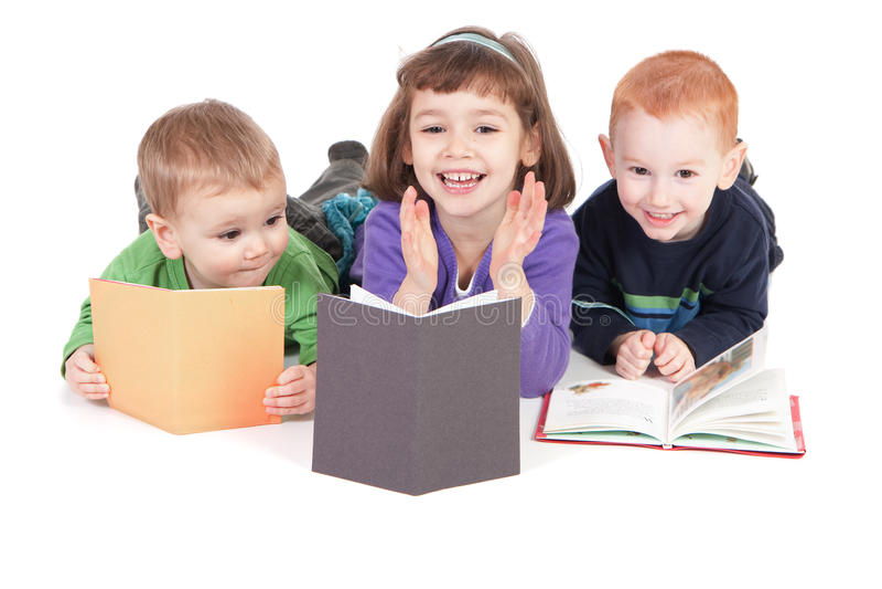 Livros de leitura felizes dos miúdos foto de stock royalty free