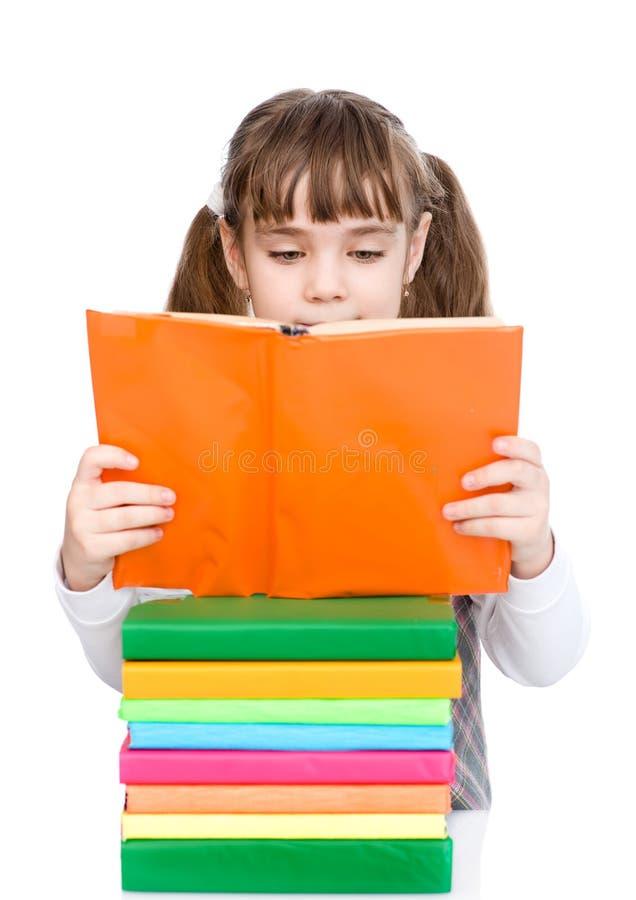 Livros de leitura pequenos da menina Isolado no fundo branco imagens de stock royalty free