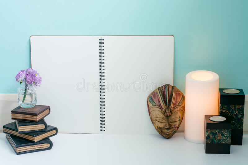 Livros de madeira, flor, máscara de madeira de Bali, vela clara morna e cl foto de stock