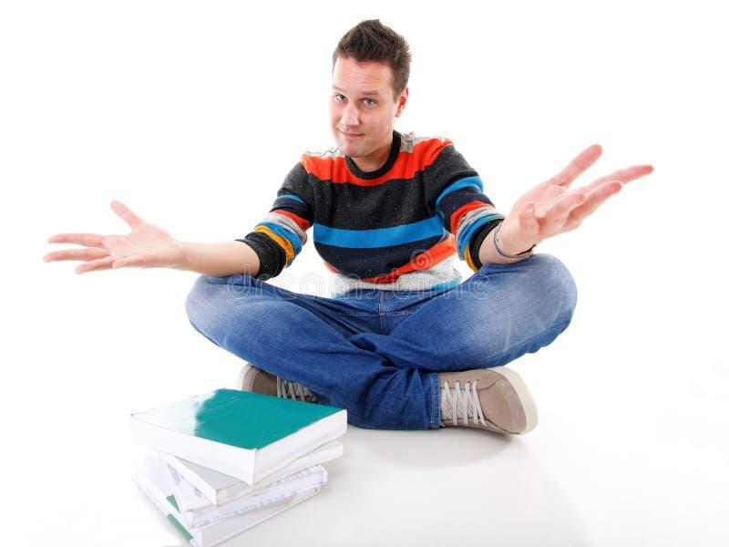 Livros de oferecimento do estudante masculino isolados foto de stock royalty free